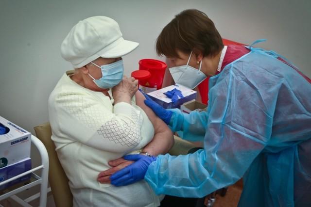 Odpowiadamy na osiem najczęściej zadawanych pytań jeśli chodzi o szczepienie przeciw COVID-19.  Kliknij w galerię, by przejść do pierwszego pytania > > >