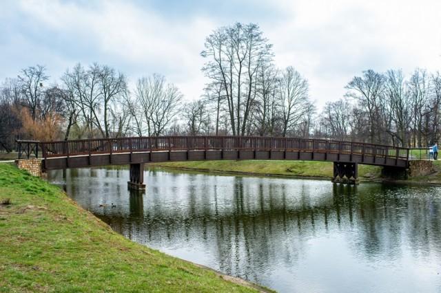 Drewniany mostek w Parku Kachla w Bytomiu odnowiony. Zobacz zdjęcia >>>
