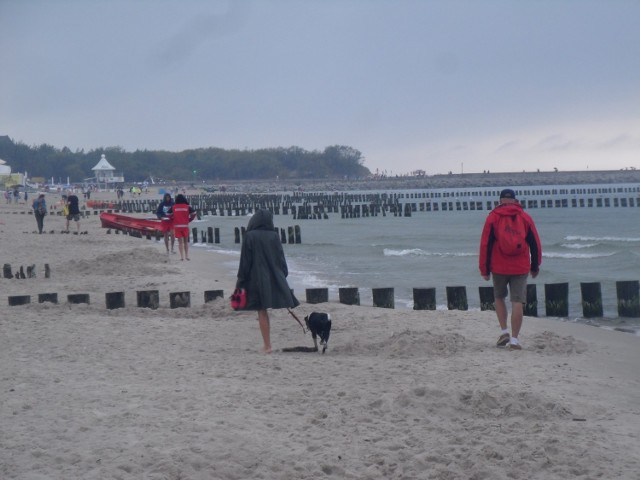 Choć w ostatnich dniach pogoda w Ustce i regionie jest bardzo zmienna, to wciąż wielu turystów i mieszkańców wypoczywa nad morzem, korzystając nie tylko z plażowych atrakcji. Ustka niewątpliwie jest pięknym miejscem, w którym nie brakuje możliwości spędzania wolnego czasu. Zobaczcie zdjęcia!