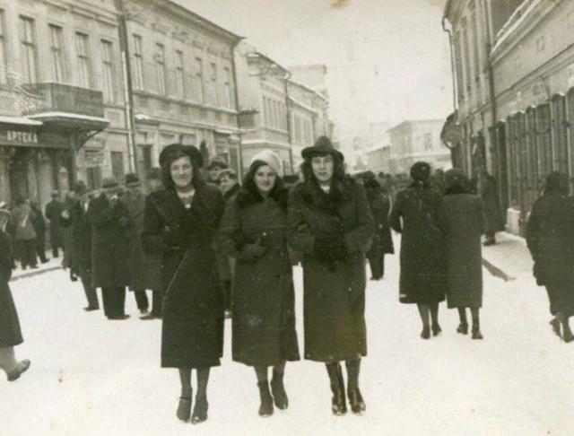 Ulica Jagiełły w Oświęcimiu przykryta śniegowym puchem. Aż chciało się wyjść na spacer. Jak widać w tle na Rynku było ich sporo.