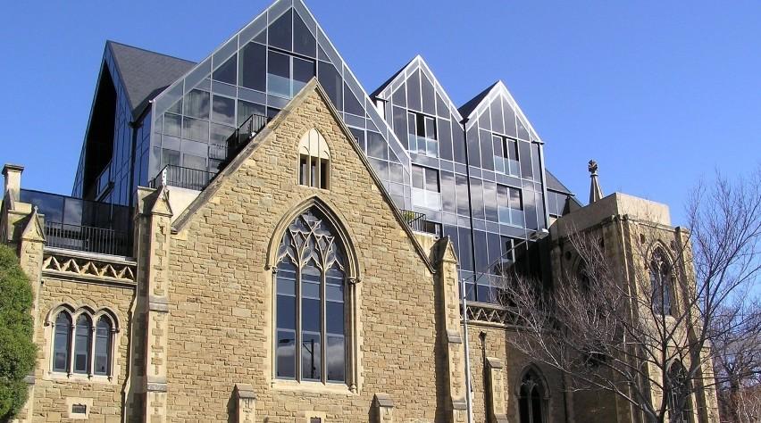 Ten protestancki kościół o nazwie Cairms Memorial...