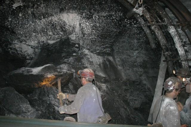 Tak pracują górnicy w kopalni