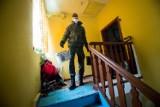 Stowarzyszenie Dzięki Wam wyremontowało łazienkę dla seniorów z bydgoskich Jarów. Pomogli żołnierze WOT [zdjęcia]