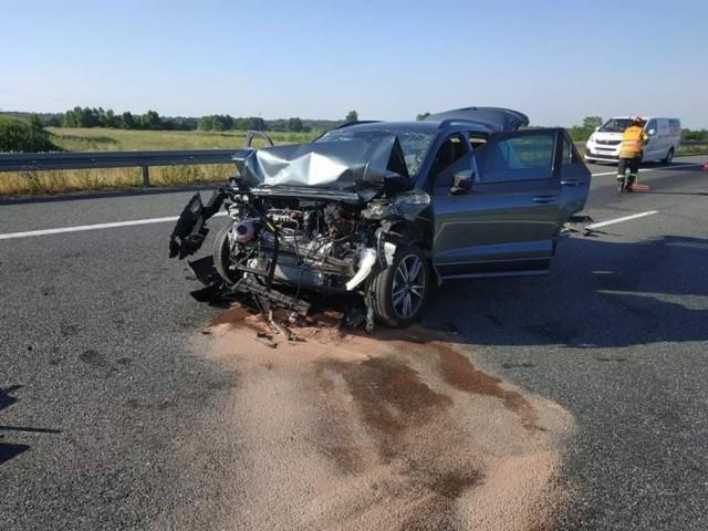 W wypadku uczestniczył samochód osobowy i laweta. Na autostradzie jest długi korek