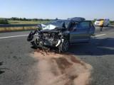 Wypadek na autostradzie A4 koło Tarnowa. Samochód osobowy zderzył się z lawetą. Droga była zablokowana [ZDJĘCIA]