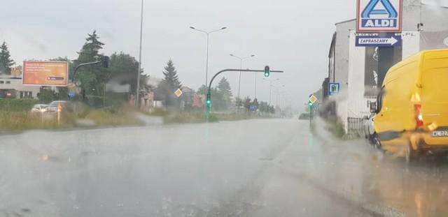 W piątek gwałtowne burze z gradem są możliwe na terenie całego województwa. Meteorolodzy ostrzegają przed silnym wiatrem i trąbami powietrznymi. W piątek IMGW wydało ostrzeżenie meteorologiczne 2. stopnia przed burzami w Łodzi i regionie.