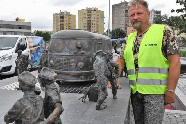 """Rzeźbę będącą ozdobą nowej fontanny przed wyremontowanym, słynnym dworcem PKS w Kielcach pierwszy raz zaprezentował specjalnie dla czytelników echodnia.eu ich twórca - artysta rzeźbiarz Sławomir Micek. Rzeźba jest zwieńczeniem fontanny projektu Marcina Krzemińskiego będącego także projektantem kieleckiego dworca. Przedstawia wjeżdżający na dworzec, charakterystyczny dla lat 70-tych w których powstał obiekt autobus  jelcz zwany """"ogórkiem"""" wokół którego gromadzą się ludzie także w strojach z epoki. Ci przedstawieni są na 22 figurkach. Na jednej z nich rozpoznamy autora rzeźby, inna przedstawia wspomnianego wcześniej architekta Marcina Krzemińskiego, kolejnym wizerunków, oczywiście też przeniesionych w lata 70-te użyczyli przyjaciele artysty.  Zobaczcie na kolejnych zdjęciach postaci przedstawione przez artystę"""