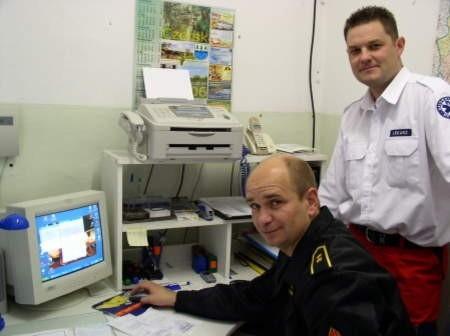 Dariusz Folerzyński z KP PSP oraz Tomasz Ossowski, właściciel Therapeutici w czerskiej podstacji pogotowia.