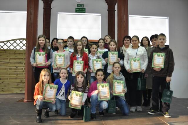 Laureaci konkursu na kartkę bożonarodzeniową zorganizowaną przez gołuchowski OKL.