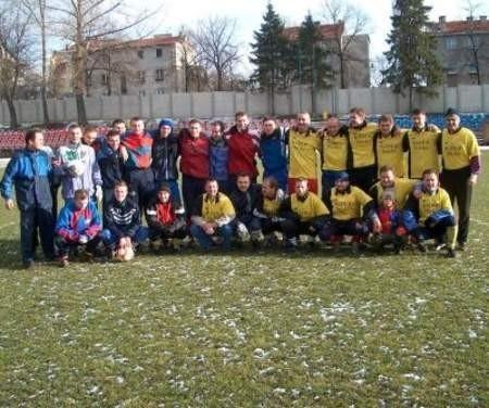 Młodzi odgrażali się po meczu, że w przyszłym roku wygrają ze starą kadrą BKS (na zdjęciu w jednakowych koszulkach).(FOT. GWR)
