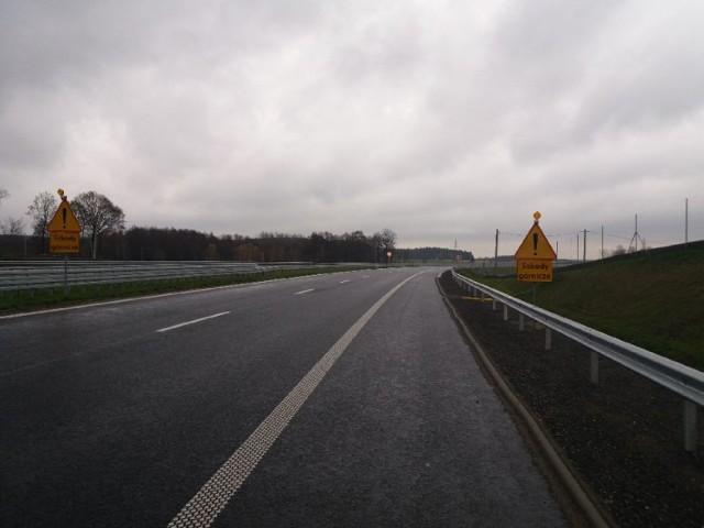 Kierowcy, którzy jadą nowym odcinkiem drogi S3 muszą zwolnić ze względu na ograniczenia prędkości ze 120 do 80 km na godzinę.  Na ponad 300 -metrowym odcinku ekspresówki, oddanej zaledwie dwa miesiące temu, ustawiono ostrzeżenia o szkodach górniczych. W kilku miejscach widać i wyraźnie czuć pod kołami, że asfalt został poddany frezowaniu.  Kłopoty na tym odcinku w pobliżu zjazdu na Radwanice wystąpiły niemal zaraz po otwarciu drogi. Stąd znaki ostrzegawcze w obu kierunkach. Jak informuje Anna Jakubowska  z GDDKiA O/Zielona Góra, powstały lokalne deformacje poprzeczne warstwy ścieralnej tzw. garby poprzeczne. - Są one wynikiem osiadań terenu związanych z eksploatacją górniczą prowadzoną przez KGHM oraz powstałej tak zwanej niecki obniżeniowej - mówi. - Obecnie wykonawca prowadzi stały monitoring geodezyjny odkształceń nawierzchni, na podstawie którego będzie można stwierdzić wygaśnięcie osiadań a następnie określić zakres naprawy i przystąpić do odtworzenia nawierzchni jezdni.  Czytaj dalej pod kolejnym zdjęciem