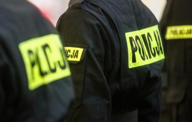 W oczekiwaniu na pogotowie policjanci okryli mężczyznę swoją odzieżą, aby zapobiec dalszemu wychładzaniu organizmu.