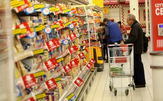 Gdzie można zrobić zakupy 5 września? Coraz więcej sieci decyduje się na otwarcie w niedziele niehandlowe. Ostatnio zapowiedział to również Kaufland. Sklepy będą czynne od godziny 8.00 do 20.00. Sieć podała listę placówek, które będą otwarte w najbliższą niedzielę 5 września. Gdzie jeszcze można wtedy zrobić zakupy? Jakie sklepy wykorzystują lukę w przepisach i otwierają się w niedziele handlowe, świadcząc usługi pocztowe? Sprawdźcie szczegóły w galerii!  Czytaj dalej. Przesuwaj zdjęcia w prawo - naciśnij strzałkę lub przycisk NASTĘPNE   CZYTAJ TAKŻE:   Które sklepy w Toruniu są otwarte w niedziele niehandlowe? Sprawdź, gdzie zrobisz zakupy  Brudne sztuczki supermarketów. Tak OSZUKUJĄ nas sklepy spożywcze. TOP 10 nieczystych zagrań