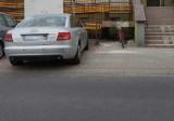 Wypadek w Przeciszowie. Na ul. Długiej 86-letnia kobieta została potrącona przez samochód osobowy na parkingu przed sklepem