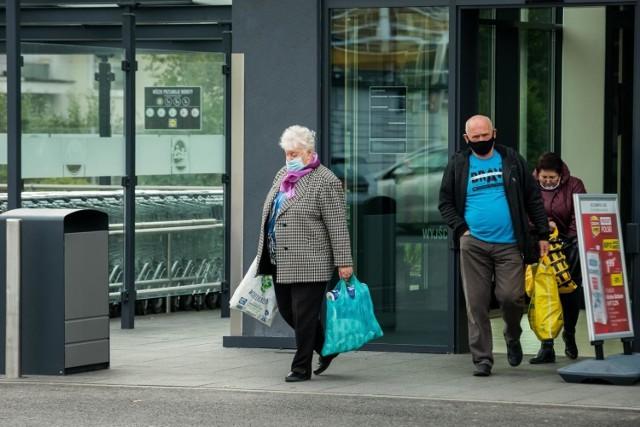 Godziny dla seniorów zostaną zlikwidowane? Zdaniem Business Centre Club to rozwiązanie powinno zostać zastąpione. Eksperci proponują nowe rozwiązanie.  Czy godziny dla seniorów mogą zostać zlikwidowane i co mogłoby je zastąpić? Czytajcie na kolejnych stronach ---->
