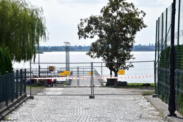 Budowa peronu kolejki wąskotorowej nad Małym Jeziorem w Żninie.