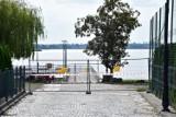 Żnin. Wymieniają tory i budują peron nad Małym Jeziorem. Ulicą Licealną nie dojdziesz nad akwen [zdjęcia]