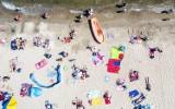 Plaża w Sopocie na zdjęciach z lotu ptaka! Upalny weekend nad morzem [zdjęcia, wideo]
