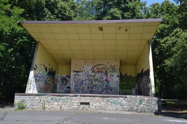 Muszla koncertowa w Parku Zamkowym przetrwała wiele lat. Zostanie jednak wyburzona podczas prac remontowych.