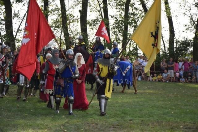 Kilka tysięcy widzów oglądało 18. inscenizację bitwy pod Płowcami, którą w 1331 roku stoczył z Krzyżakami Władysław Łokietek.   To była wspaniała lekcja historii, oprawiona ciekawym komentarzem i muzyką z epoki. Jak każdego roku, tak i w tym, inscenizacji towarzyszył jarmark i festyn rodzinny.