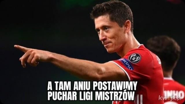Robert Lewandowski przespał się z pucharem. Internet ma memy. Zobacz galerię zdjęć