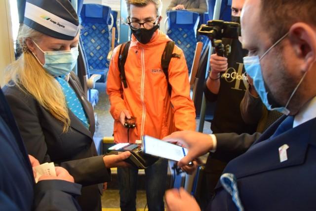 Bilet kolejowy w Kolejach Sląskich można już kupić płacąc kartą.  Zobacz kolejne zdjęcia. Przesuwaj zdjęcia w prawo - naciśnij strzałkę lub przycisk NASTĘPNE