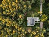 Rezydencja ukryta w samym środku lasu. Pod Warszawą powstał wyjątkowy dom otwarty na przyrodę