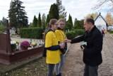 Pruszcz Gd.: Uczniowie-wolontariusze kwestowali na pruszczańskich cmentarzach dla Hospicjum [ZDJĘCIA]