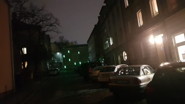 Opole. Ulica Krawiecka oświetlana jest z okien mieszkańców.