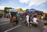 Kraków. Tłumy na weekendowej uczcie foodtruckowej pod centrum handlowym Serenada