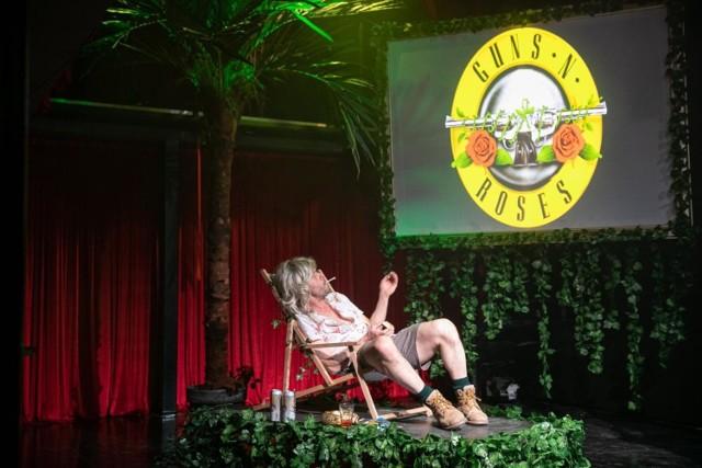 """Tomasz Schimscheiner jako Steven Adler w spektaklu """"Sex, dragi i apetyt na destrukcje, czyli bardzo intymna biografia Guns N`Roses"""" w Teatrze Nowym Proxima"""