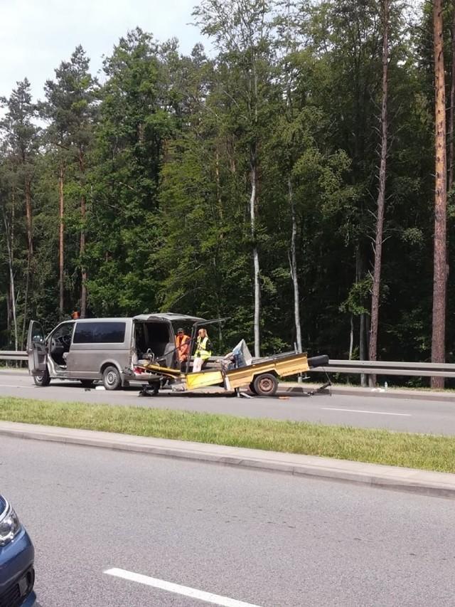 Wypadek na leśnym odcinku Chwarznieńskiej w stronę obwodnicy, Stoi też dwupasmowka w stronę centrum Gdyni