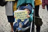 Protest niepełnosprawnych w Legnicy. Pojawili się też politycy - aktualizacja [ZDJĘCIA, FILM]