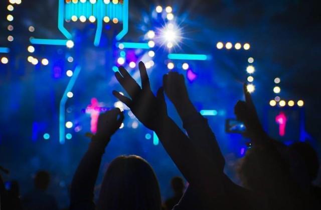 """Undercity Festival 2019 to prawdziwa gratka dla miłośników muzyki elektronicznej. Świetnie przyjęta pierwsza edycja festiwalu, zachęciła jego twórców do organizacji kolejnego wydarzenia. Zagra dla nas Claptone, czyli artysta kryjący się za złotą maską w kształcie dziobu ptaka i polski duet Catz'n'Dogs, znany głównie z udanych remiksów Kings of Leon czy Disclosure. Wielu na pewno kupiło bilety na festiwal, aby usłyszeć angielskiego DJ'a i prodenta muzycznego, Pete'a Tong'a. Ale Undercity Festival 2019 to nie tylko muzyka. Już rok temu mieliśmy szansę przekonać się, że odpowiednia oprawa wizualna potrafi zdziałać cuda. W tym roku możemy liczyć na jeszcze więcej. """"Możemy zdradzić tylko, że rozszerzamy imprezę o kolejną scenę, którą chcemy przygotować z podobnym rozmachem co Metropolis Stage"""" - uchylają rabka tajemnicy organizatorzy wydarzenia.  Kiedy: 2  listopada Gdzie: Torwar Wstęp: od 139 zł"""