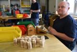 Ekologiczne podpałki i hotele dla pszczół – takie dzieła tworzą osoby z niepełnosprawnościami w Jarosławiu