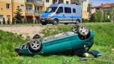 Wypadek na Armii Krajowej w Kaliszu. Samochód dachował, kierowca był pijany. ZDJĘCIA
