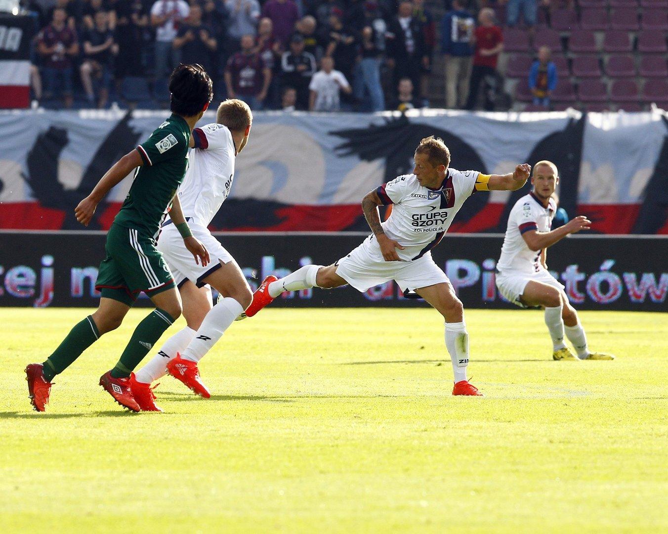 0b2cd13375019 Portowcy (białe stroje) bardzo chcą wygrać pierwszy swój mecz w sezonie.  Dziś doskonała