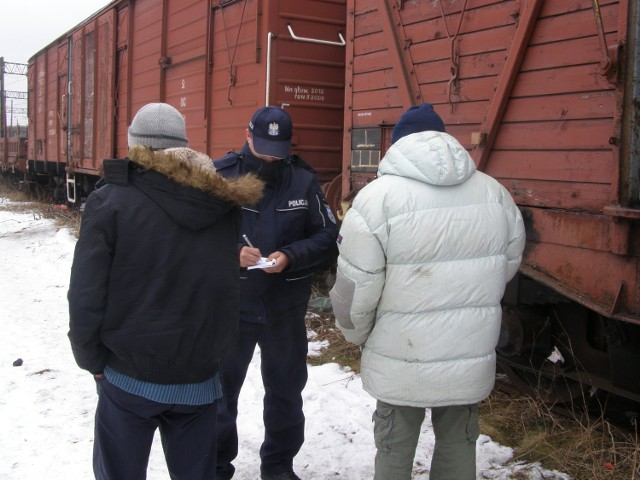 Malborscy policjanci na bieżąco, podczas patroli, zaglądają do miejsc, w których mogą przebywać osoby bezdomne.