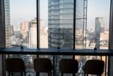 Hotele na Woli. Crown Plaza i Holiday Inn Express w jednym wieżowcu. Na szczycie skybar z widokiem na panoramę Warszawy