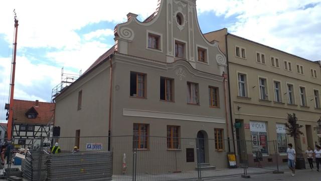 Od frontu kamienicy przy ul. Grudziądzkiej 36 w Chełmnie pięknie prezentują się zdobienia.