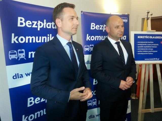 Poseł PiS Waldemar Buda (z lewej) zobowiązał się do wprowadzenia bezpłatnej komunikacji miejskiej dla łodzian. uczynił to w towarzystwie Marcina Witko (z prawej), prezydenta Tomaszowa Mazowieckiego, gdzie takie rozwiązanie jest od początku roku.