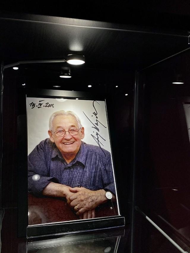 Wystawa eksponatów związanych z Andrzejem Wajdą znajduje się  pomiędzy salami studio 1 , a studio 2 w kinie Kijów