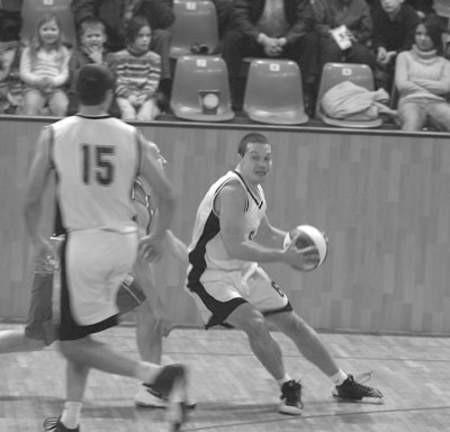 Grzegorz Mordzak (z piłką) był najskuteczniejszym zawodnikiem czeladzkiego zespołu.