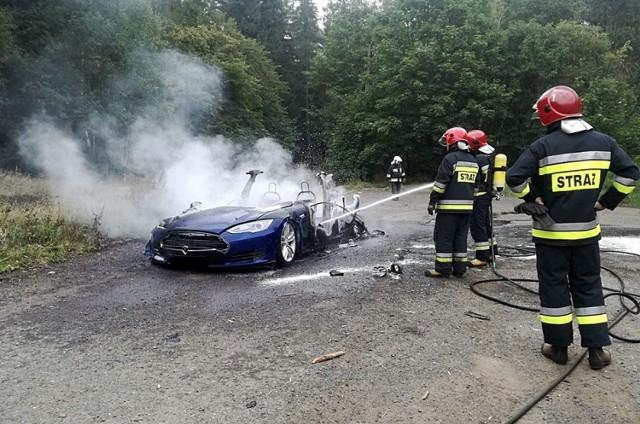 Do pożaru samochodu elektrycznego Tesla doszło na parkingu przy ul. Sportowej w Boguszowie-Gorcach