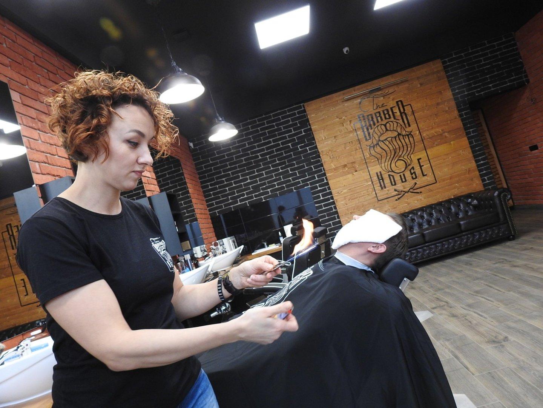 Pracownicy Barber House Na Klientów Czekają Z Płonącą Brzytwą