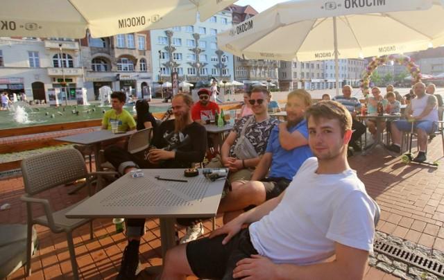 Kibice na Rynku w Bytomiu oglądali mecz Dania- Belgia  Zobacz kolejne zdjęcia. Przesuwaj zdjęcia w prawo - naciśnij strzałkę lub przycisk NASTĘPNE