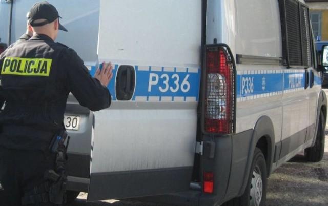 Do nietypowego zdarzenia doszło w piątek (26.07.) w Żorach w dzielnicy Kleszczówka. Około godz. 12.45 policjanci otrzymali zgłoszenie, że ulicą Dworcową idzie mężczyzna, trzymając w ręku przedmiot przypominający broń. Mundurowi pojechali na miejsce zdarzenia.