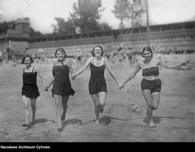 Piękności na plaży...100 lat temu. To właśnie wtedy pojawiły się pierwsze rewolucyjne stroje kąpielowe, które odsłaniały ramiona i uda.  Zobacz kolejne zdjęcia. Przesuwaj zdjęcia w prawo - naciśnij strzałkę lub przycisk NASTĘPNE