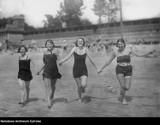 Moda plażowa 100 lat temu. Wtedy pojawiły się skąpe stroje kąpielowe! Zobaczcie ZDJĘCIA