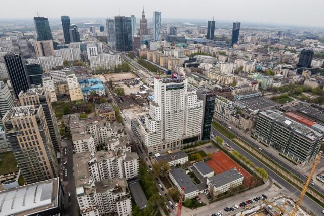 Mieszkanie w Warszawie ma wiele oczywistych plusów. W stolicy czekają na nas relatywnie wysokie zarobki, multum możliwości, praca, instytucje kultury... To także bardzo realne minuty, godziny i dni życia, które bezpowrotnie tracimy stojąc w korkach, oddychając zatrutym powietrzem czy czekając na wizytę u lekarza. Zobacz o ile Warszawa skróci twoje życie.